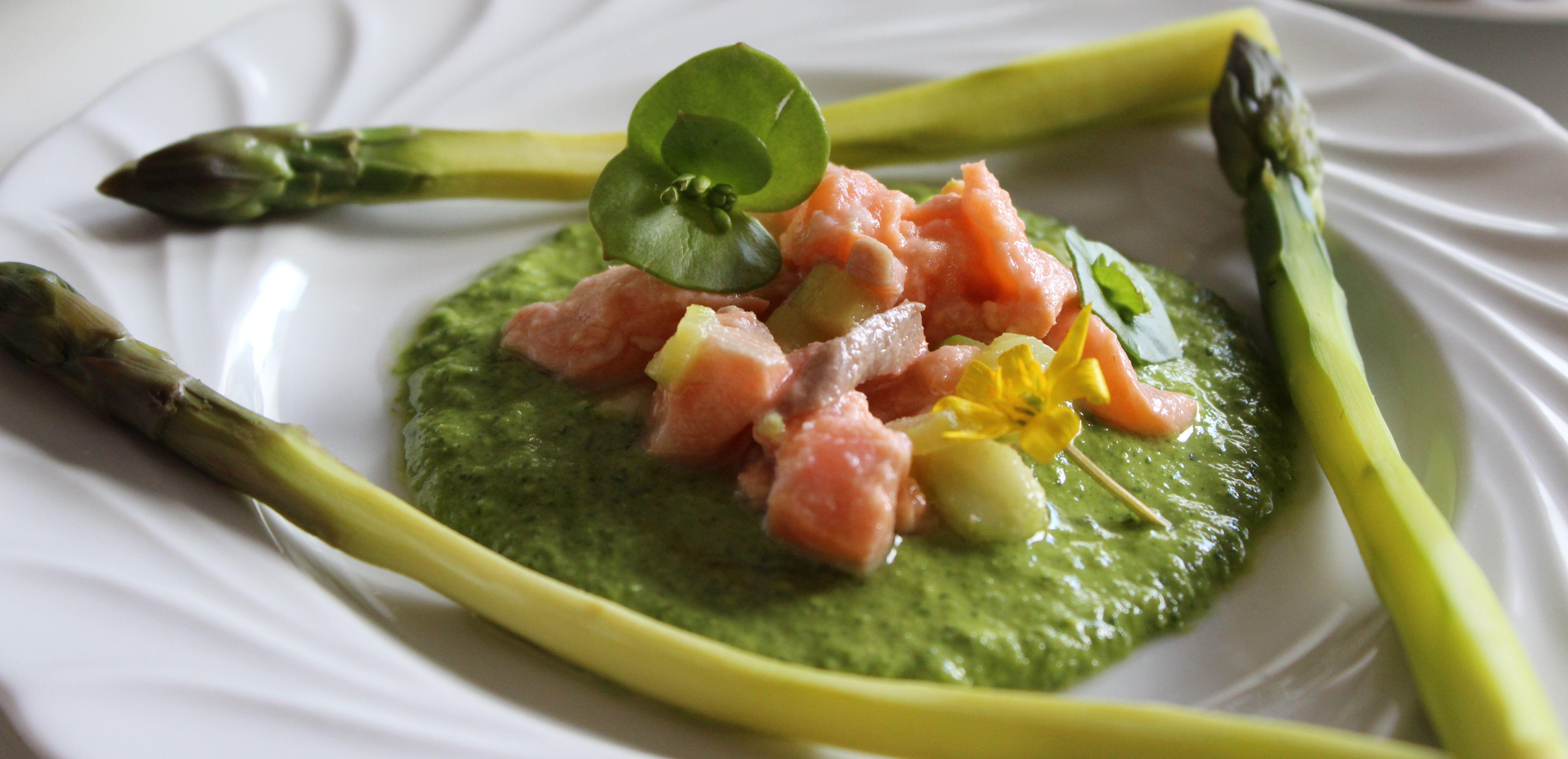 Asperges sauce crue aux herbes et tartare de saumon kalimenterre - Cuisiner les asperges vertes fraiches ...