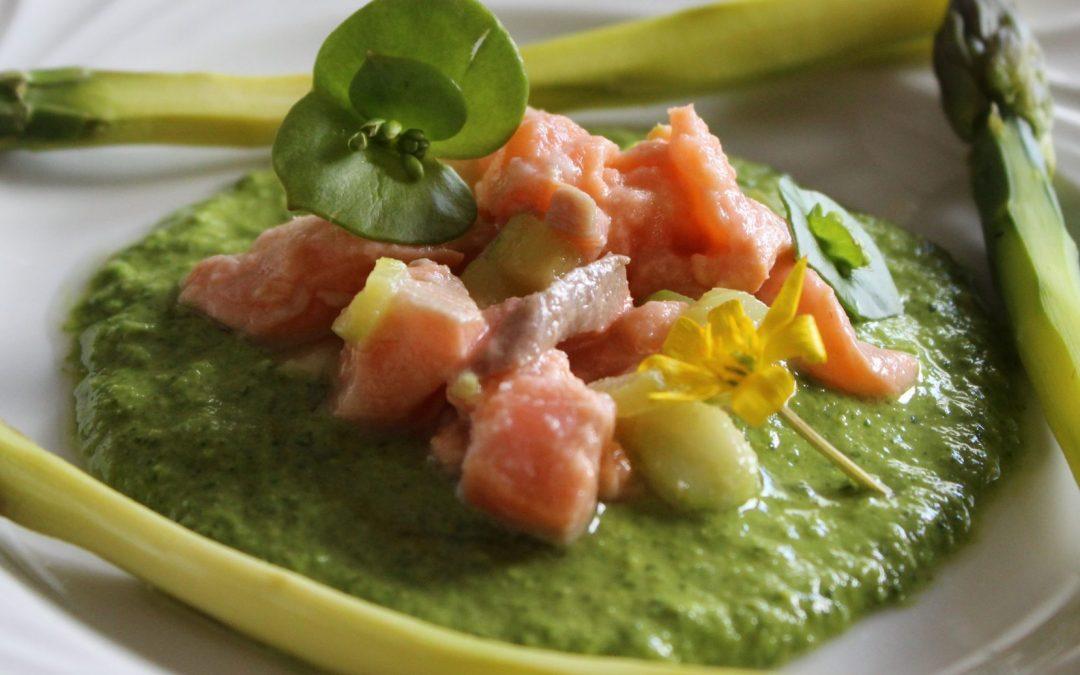 Asperges, sauce crue aux herbes (et tartare de saumon)