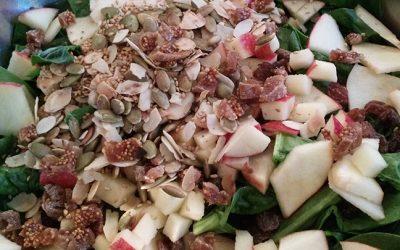 Salade d'épinards aux saveurs sucrées et croquantes, sauce tahin