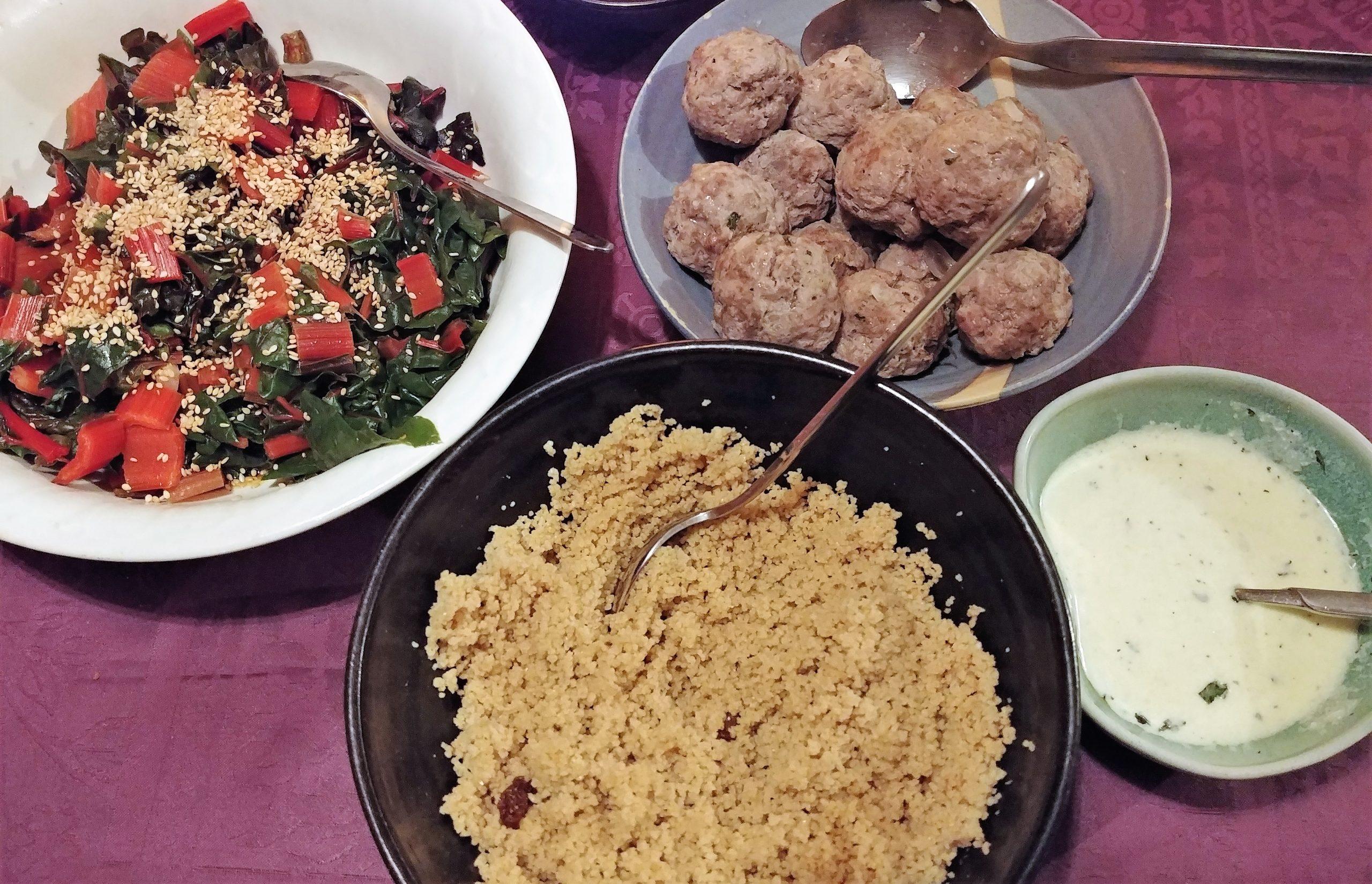 Boulettes agneau, sauce yaourt avec de la semoule et des bettes colorées